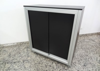 Balcão promocional montado com perfis de alumínio com sistema de porta de correr com rolamento