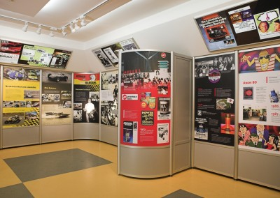Paineis montados com perfis de alumínio para exposição em museu