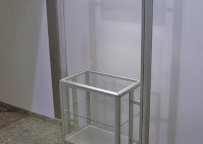 Display montado com perfis de alumínio com mostruário envidraçado