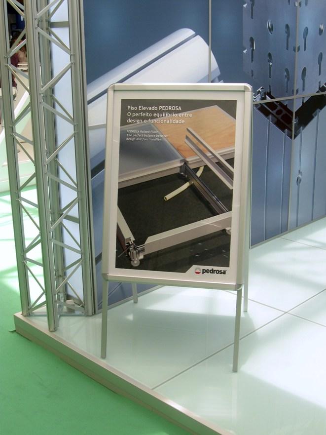 Display cavalete dupla face com molduras para troca fácil dos posteres, montado com perfis de alumínio