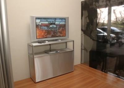 Display para televisão montado com perfis de alumínio C100
