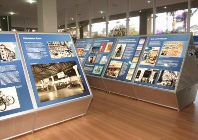 Displays com estrutura de perfis de alumínio para exposição montada no saguão de entrada da empresa