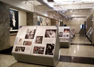 Displays com estrutura de perfis de alumínio para exposição montada em museu