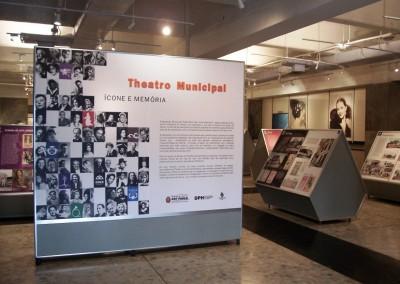 Painel montado com perfis de alumínio para exposição em museu