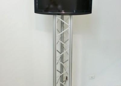 Torre tipo pedestal para suporte de televisão montada com perfis de alumínio
