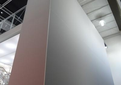 Parede de estande montada com perfis de alumínio e tecido liso tensionado
