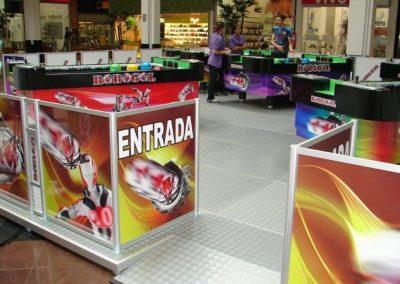 Quiosque de recreação montado em shopping com o sistema de piso elevado e cercado com perfis de alumínio R1400 e T280E