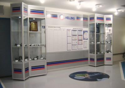 Vitrines e painel com mural de informação montados com perfis de alumínio e vidros