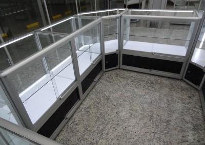 Quiosque modular de vitrines e balcões montados com perfis de alumínio e vidro. Ideal para lojas de departamentos, shoppings, aeroportos, dentre outros ambientes para exposição e PDV.