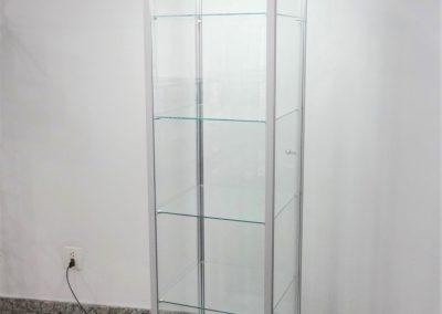 Vitrine expositora em torre com estrutura em alumínio (perfil C100), revestida com vidro e com iluminação em LED