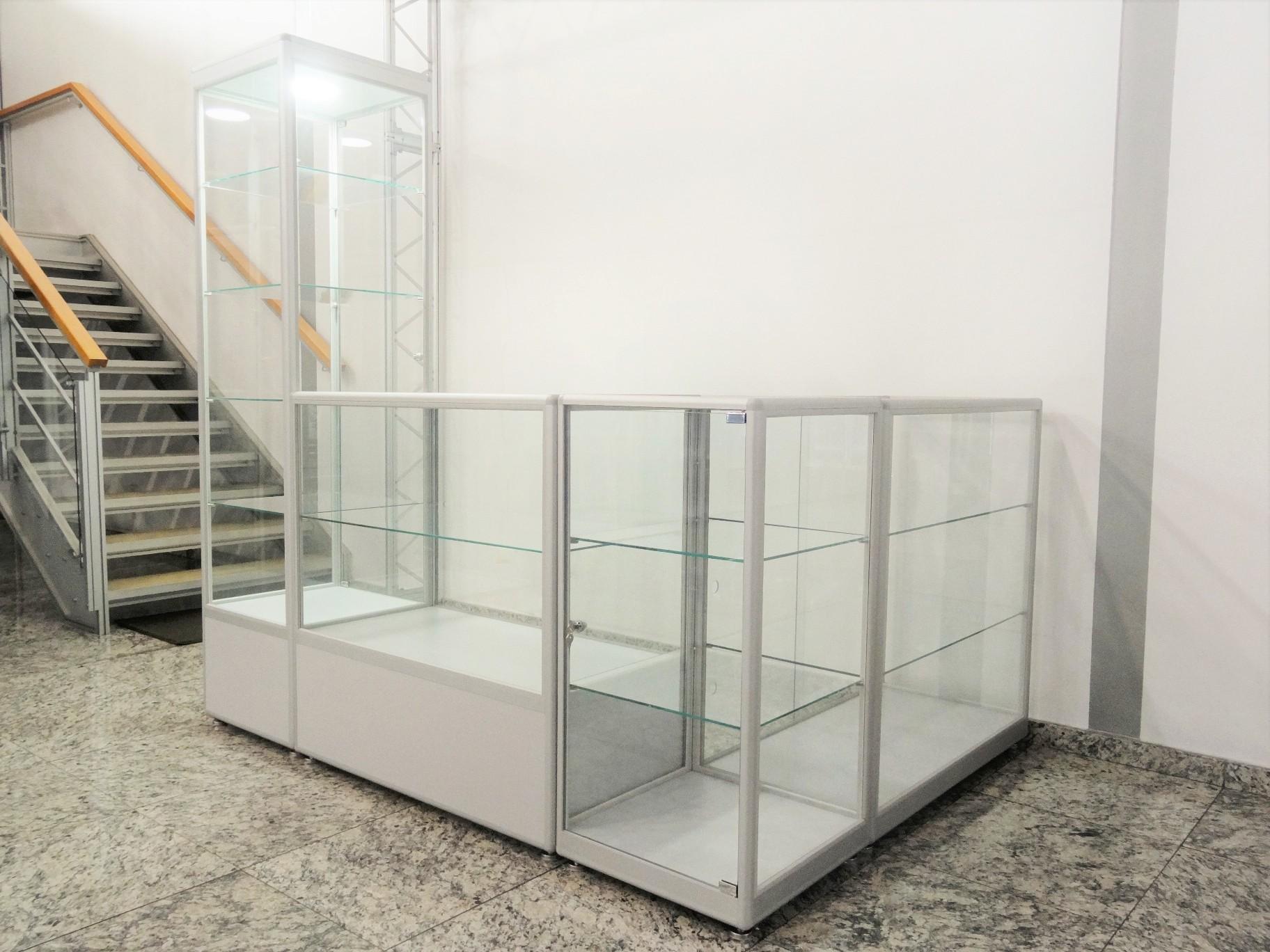 Conjunto de vitrines linha PDV formando um quiosque. Ideal para formar quiosques em lojas ou corredores de shopping center.